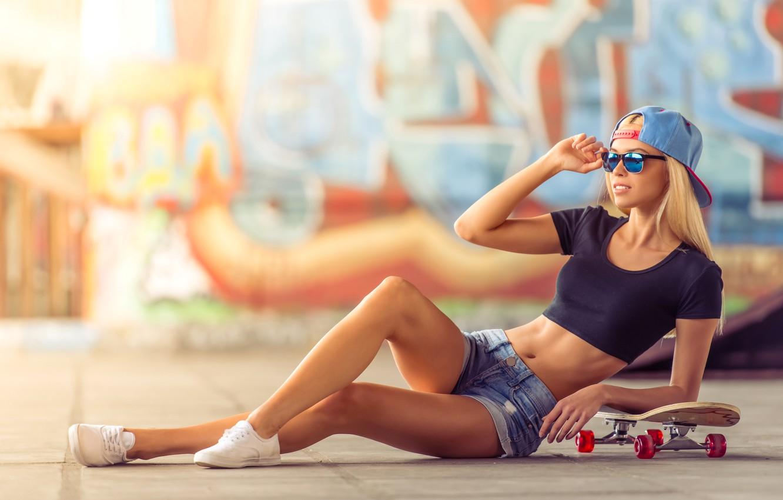 Фото обои девушка, поза, стена, граффити, шорты, кеды, фигура, стройная, очки, футболка, блондинка, кепка, скейт, площадка, боке, …