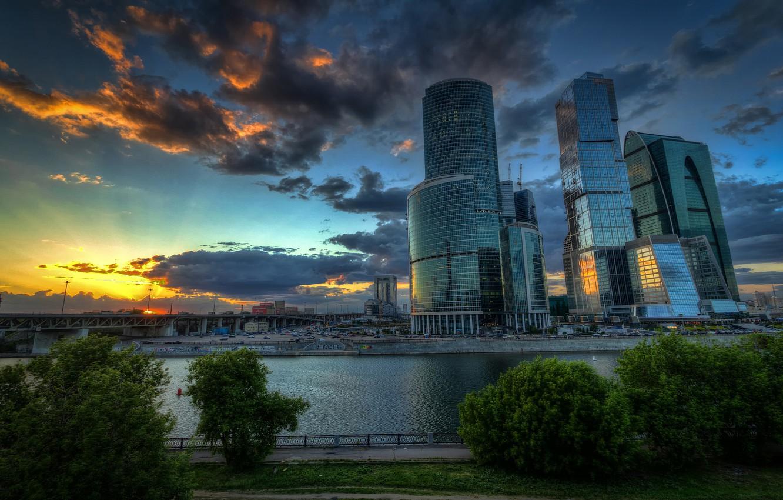 Фото обои облака, деревья, закат, машины, мост, река, Москва, набережная, небоскрёбы, столица, Москва-Сити, Moscow-City