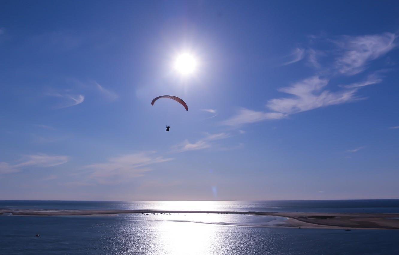 Фото обои море, небо, солнце, облака, парашют, параплан