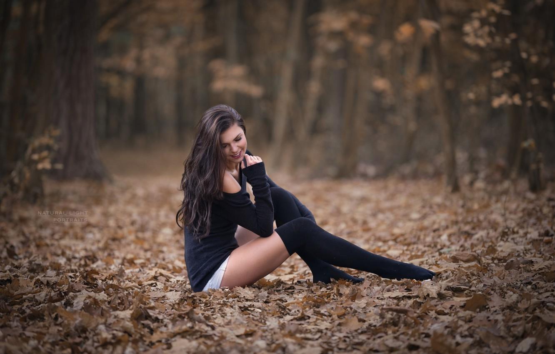 Фото обои осень, лес, девушка, улыбка, листва, чулки