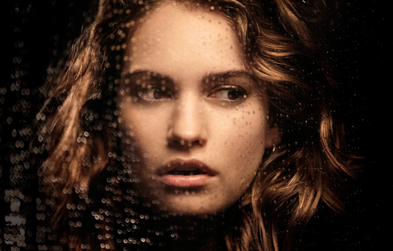 Фото обои стекло, капли, лицо, макияж, актриса, прическа, шатенка, красотка, фотосессия, крупным планом, Лили Джеймс, Lily James, …