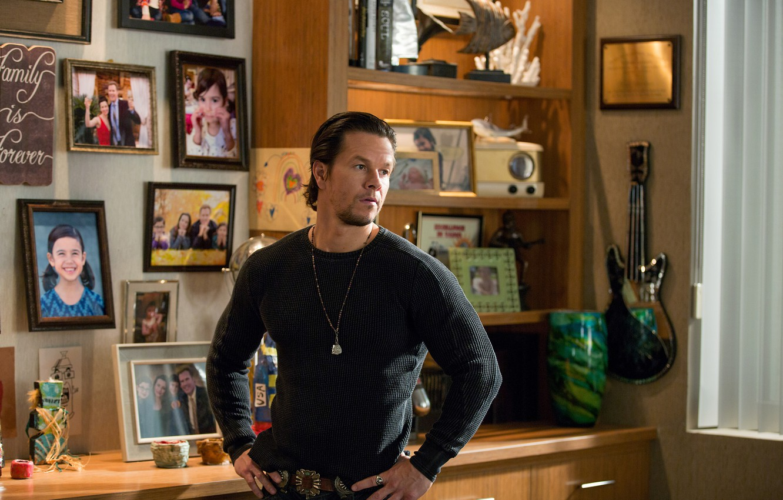 Фото обои комната, Новый год, фотографии, папа, Марк Уолберг, комедия, Mark Wahlberg, Daddy's Home, Здравствуй