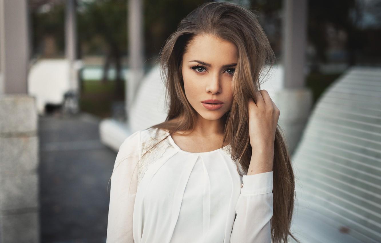 Фото обои взгляд, девушка, лицо, город, улица, одежда, макияж, блузка, шатенка, sexy, красивая, скамейки, голубоглазая, симпатичная, beauty, …