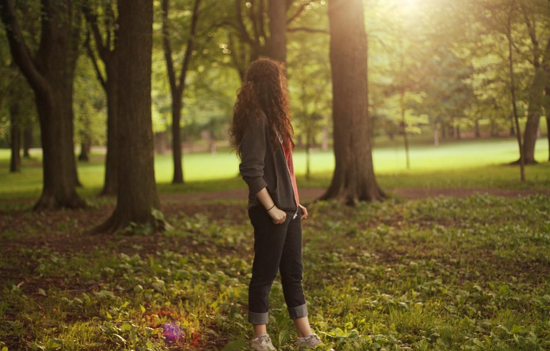 Фото обои осень, трава, листья, девушка, солнце, деревья, природа, красота, wallpapers, обои для рабочего стола