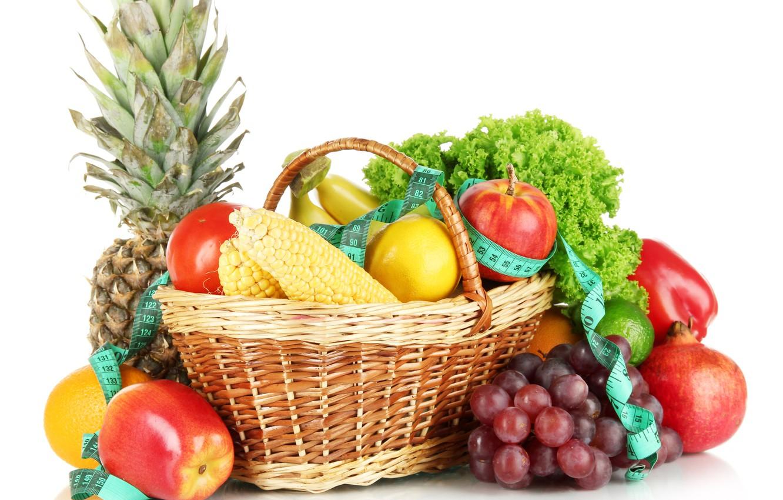 Фото обои лимон, корзина, яблоки, кукуруза, виноград, бананы, лента, белый фон, перец, фрукты, ананас, натюрморт, овощи, помидор, …