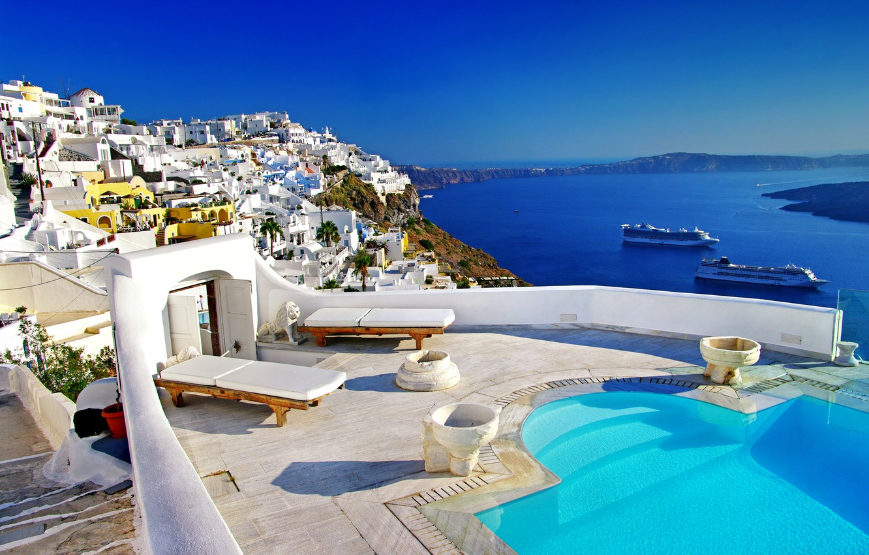 Фото обои море, побережье, вид, остров, дома, корабли, бассейн, Греция, залив, лежаки, Santorini
