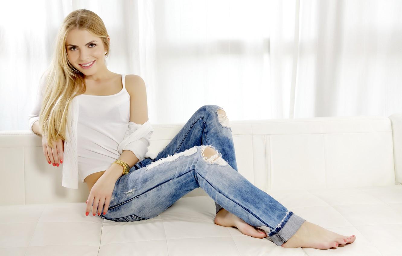Красивая блондинка на диване в джинсах, две зрелых мамочки делают минет парню в ванной