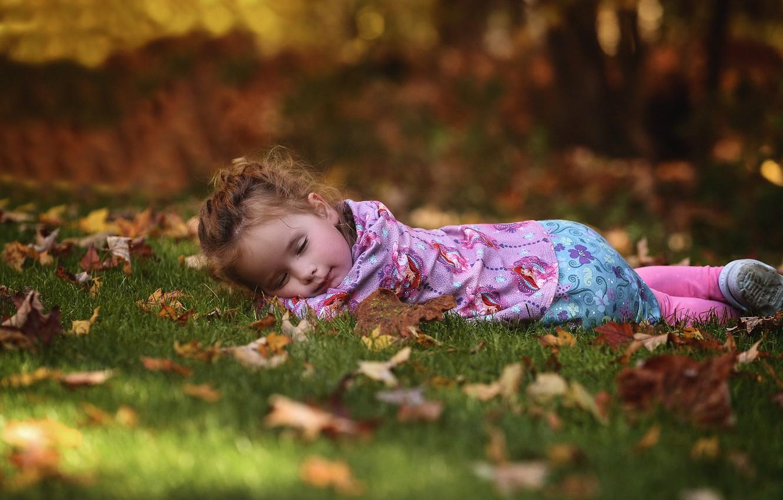 Фото обои осень, лес, трава, парк, отдых, листва, ребенок, сон, спит, девочка, лежит, лужайка, боке, обои от …