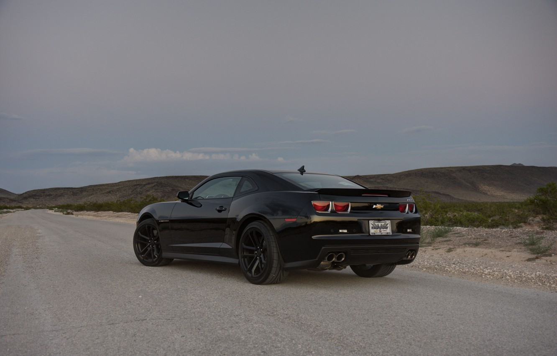 Фото обои дорога, трава, чёрный, склон, wheels, шевроле, black, camaro, вид сзади, chevrolet, камаро, zl1, чёрные диски, …