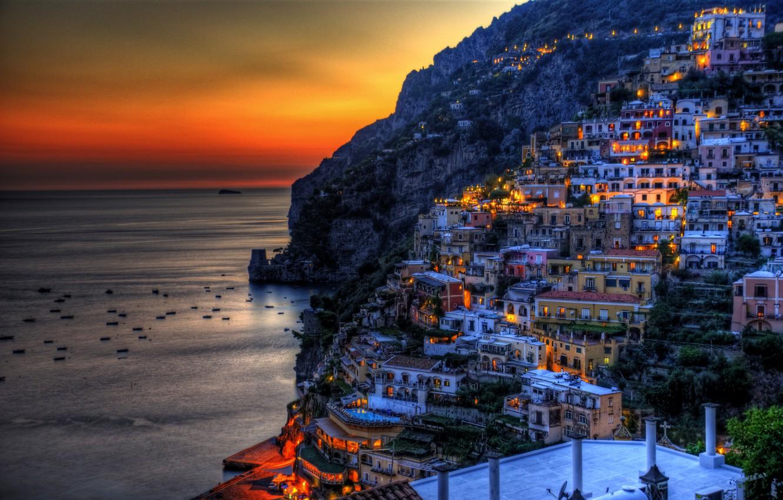 Фото обои море, закат, горы, огни, скалы, побережье, дома, лодки, вечер, Италия, зарево, Positano