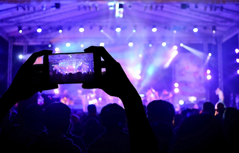 Фото обои макро, огни, музыка, сцена, размытость, приборы, концерт, зал, разноцветные, зрители, hi-tech, боке, смартфон, wallpaper., technology, …