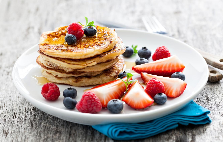 Фото обои ягоды, малина, еда, черника, клубника, мед, тарелка, мёд, блины, блинчики, оладьи