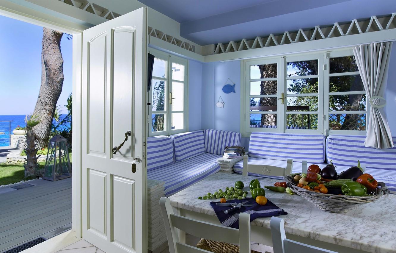 Фото обои рыбки, стол, океан, белое, вид, растения, синее, овощи, морская тематика, плетеная мебель, полски, летний домик