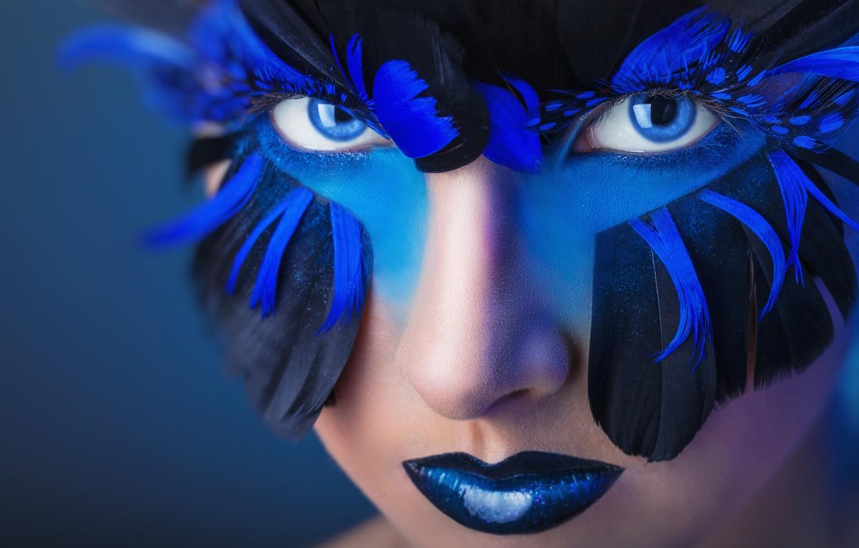 Фото обои взгляд, девушка, стиль, перья, макияж, голубые глаза
