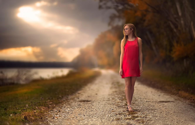 Картинка девушка стоит у дороги