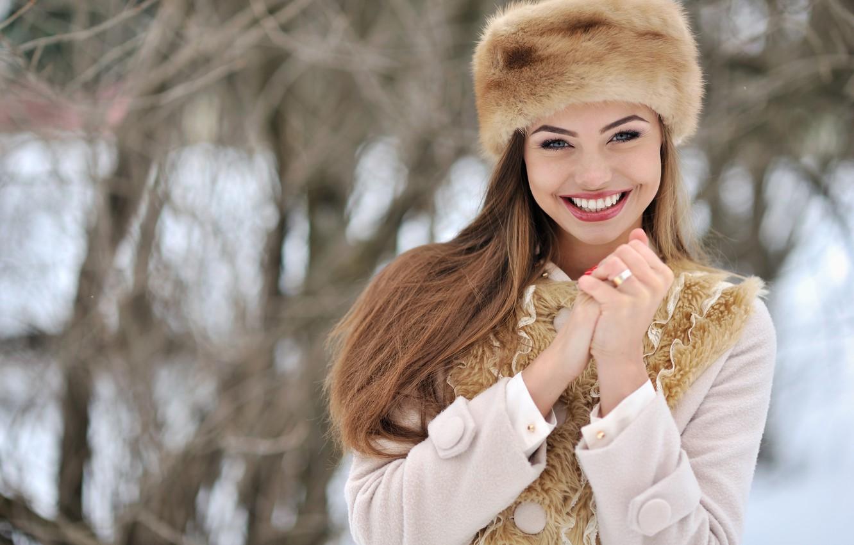 Фото обои зима, взгляд, девушка, снег, лицо, улыбка, настроение, шапка, руки, перчатки, мех, пальто