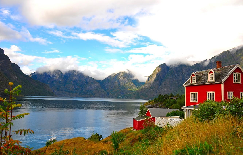 Фото обои небо, трава, облака, пейзаж, горы, озеро, дом, лодка, природы