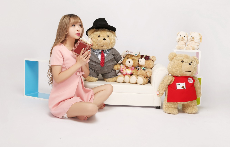 Фото обои девушка, игрушки, мишка, книга