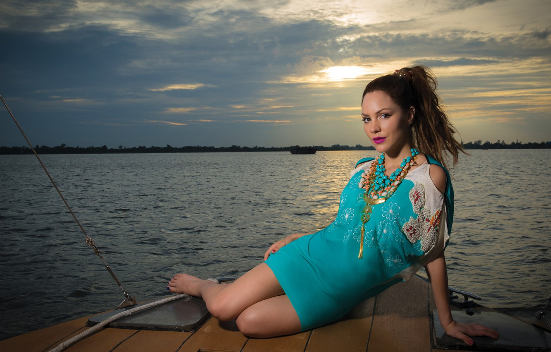 Фото обои закат, поза, река, берег, вечер, ожерелье, фигура, платье, актриса, прическа, певица, шатенка, фотосессия, на природе, …
