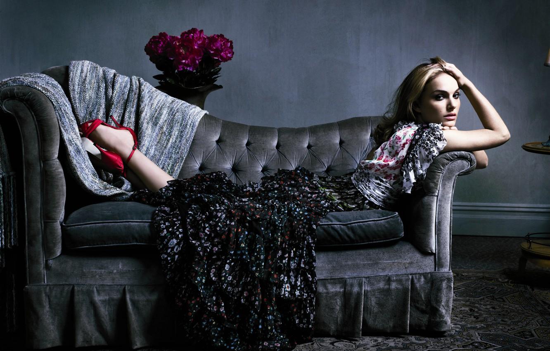 Фото обои диван, платье, natalie portman, букет цветов