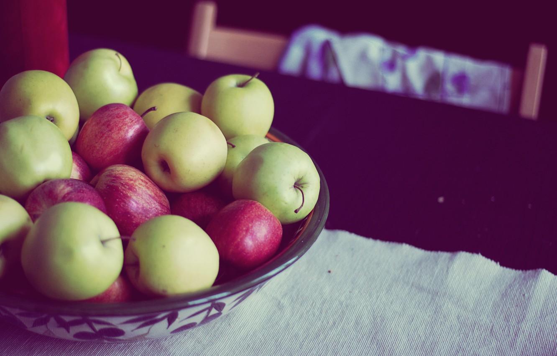 На столе зеленые яблоки картинки