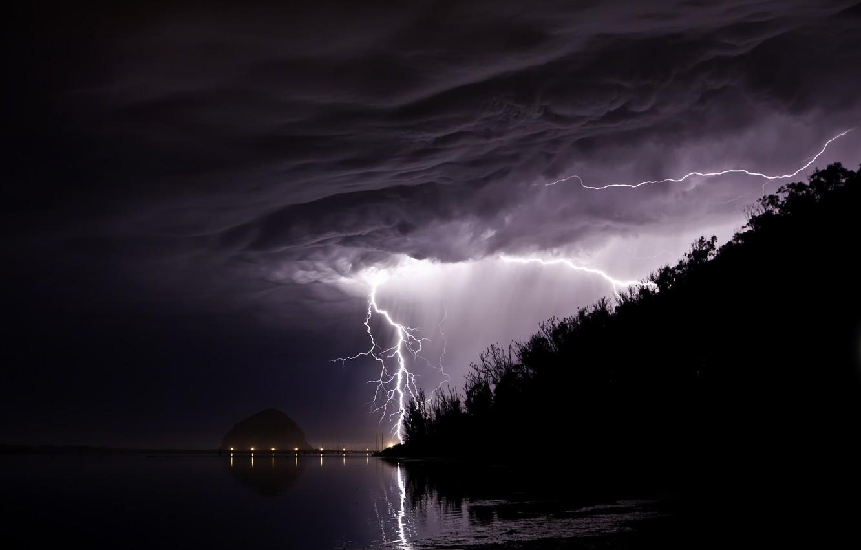 Фото обои гроза, пляж, горы, природа, темный фон, пасмурно, молния, вечер, циклон, опасно