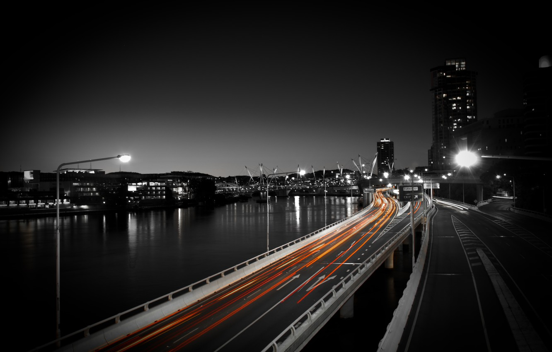 Фото обои дорога, авто, ночь, город, огни, фото, движение, обои, здания, скорость, фонари, водоем, wallpapers