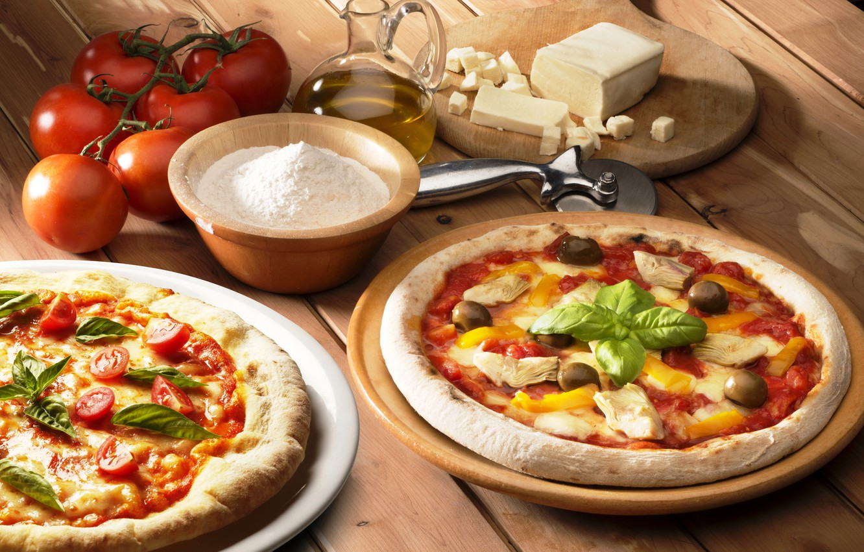 Фото обои стол, масло, еда, курица, сыр, доска, перец, пицца, помидоры, оливки, мука