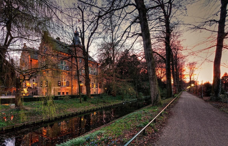 Фото обои дорога, осень, деревья, огни, замок, вечер, канал, Нидерланды, сумерки, Crabbehof
