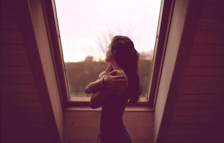 Фото обои Небо, Девушка, Дом, Окно, Брюнетка, Спина