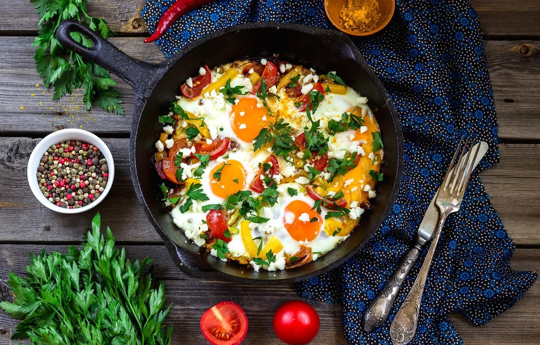 Фото обои нож, перец, вилка, яичница, овощи, помидоры, петрушка, специи, сковорода