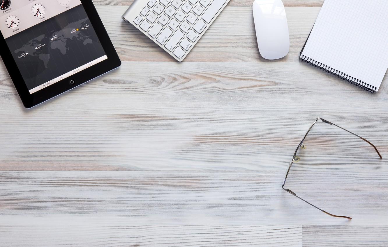 Фото обои glasses, table, tablet, keyboard