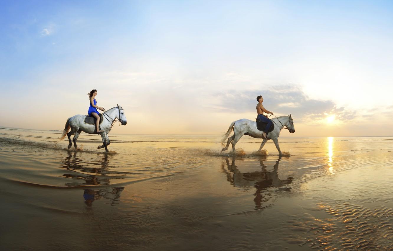 Фото обои песок, море, девушка, отражение, побережье, лошади, парень, прогулка