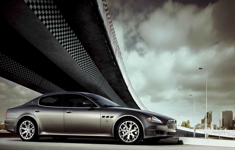 Фото обои Maserati, Quattroporte, Облака, Авто, Мост, Машина, Серый, Серебро, Седан, Вид сбоку
