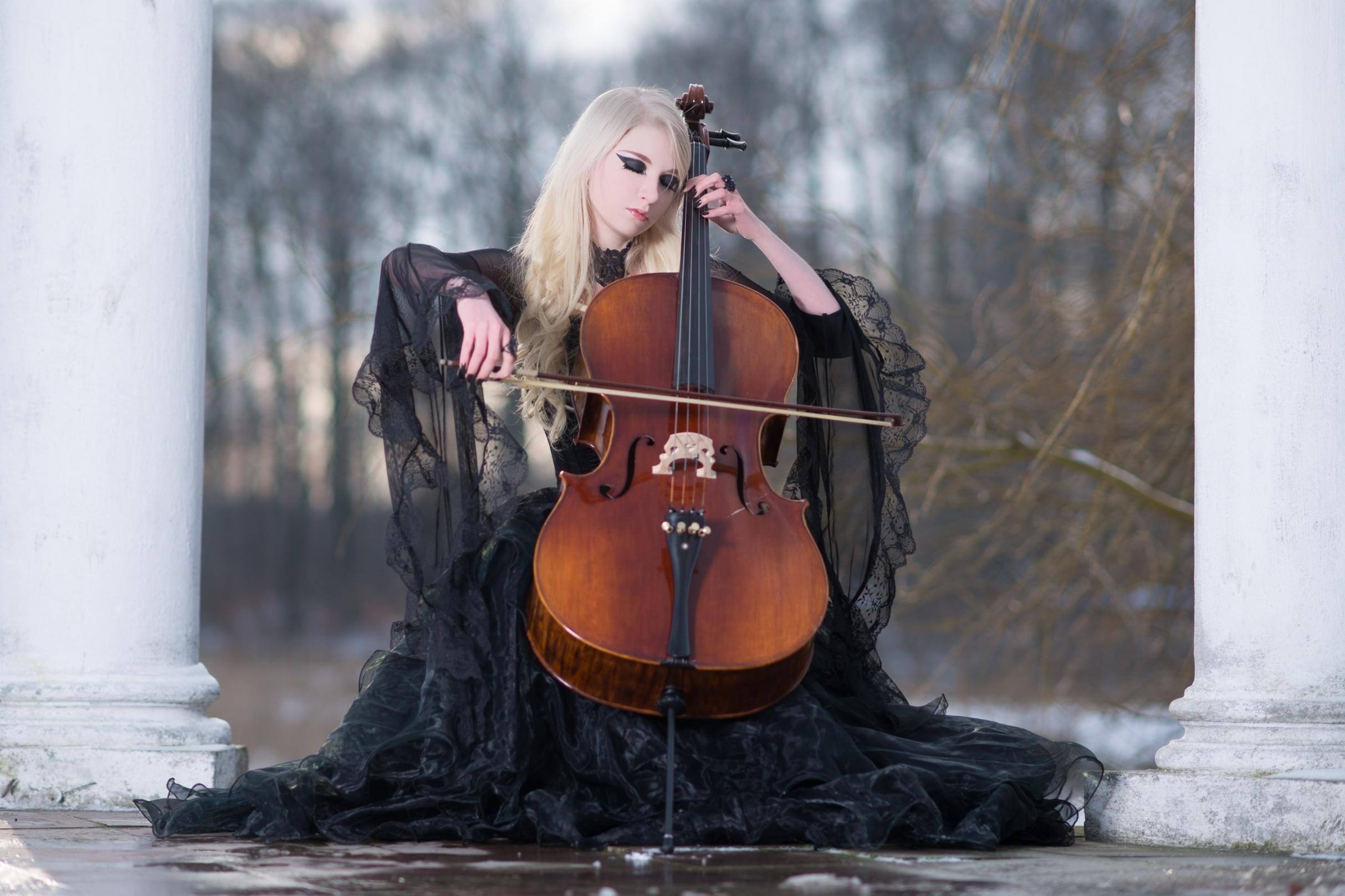 красивая фотосессия с виолончелью всего