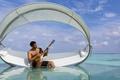 Картинка гитара, мужчина, бассейн