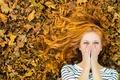 Картинка девушка, смех, рыжеволосая, радость, осень, листья