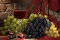 Картинка инжир, бокал, платок, вино, ягоды, кирпич, натюрморт, виноград