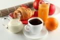 Картинка круассан, чашка, молоко, сок, кофе, блюдце, кувшин, апельсин, завтрак, яблоки, белая
