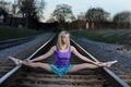 Картинка балерина, шпагат, пуанты, девушка, ситуация, железная дорога, рельсы