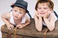 Картинка друзья, boy, child, чемодан, hat, улыбка, ребенок, мальчики, шляпа