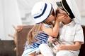 Картинка шляпа, девочка, children, нежность, мальчик, дети, kiss, girl, boy, очки, друзья, поцелуй, friends