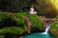 Картинка лес, лето, девушка, ручей, камни, водопад, мох, медитация, йога, в белом, на природе, поза лотоса