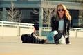 Картинка джинсы, девушка, куртка, очки, сумка, сидит, лицо