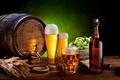 Картинка пена, стол, бутылка, пиво, стаканы, колосья, кружки, бочонок