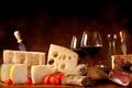 Картинка сыр, помидоры, хлеб, кувшин, бокалы, мясо, вино