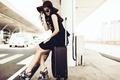 Картинка девушка, фон, чемодан