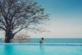 Картинка бассейн, сидит, океан, девушка, кудри, дерево, локоны, море
