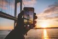 Картинка отражение, зима, рука, Соединенные Штаты, iPhone, перчатка, картина, Бронкс-Уайтстон моста, Бронкс, Нью-Йорк, Ист-Ривер, зеркало, Квинс, ...
