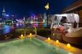 Картинка ночь, город, кровать, бассейн, отель, реки, терраса, природы, небоскребов